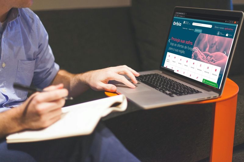 Homem realiza compra de insumos online no marketplace da Orbia