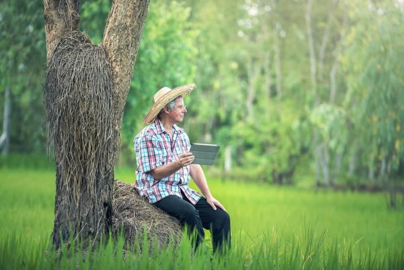 Produtor Rural com Tablet nas mãos